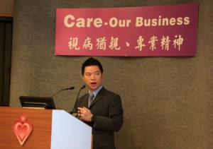 The speaker shares on the podium photo 1.   講員在講台上分享。   讲员在讲台上分享。
